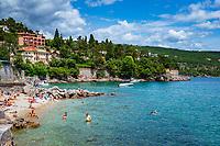 Croatia, Kvarner Gulf, Opatija, district Volosko: pebble stone beach at Opatija Riviera | Kroatien, Kvarner Bucht, Opatija, Ortsteil Volosko: Kiesstrand an der Opatija Riviera