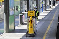 - la città di Milano sotto blocco totale e quarantena a causa dell'epidemia di Coronavirus nei primi giorni della primavera 2020; personale di servizio nella stazione Cadorna delle ferrovie regionali Trenord<br />
