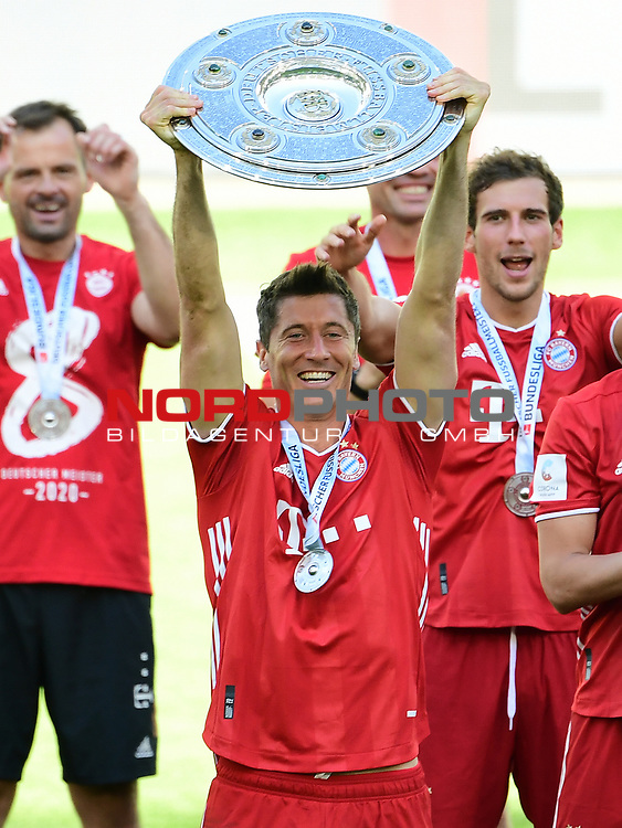 Deutscher Meister 2020, FC Bayern Muenchen, Robert Lewandowski mit Meisterschale<br />