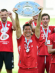 Deutscher Meister 2020, FC Bayern Muenchen, Robert Lewandowski mit Meisterschale<br />Wolfsburg, 27.06.2020: nph00001: , Fussball Bundesliga, VfL Wolfsburg - FC Bayern Muenchen 0:4<br />Foto: Tim Groothuis/Witters/Pool//via nordphoto<br /> DFL REGULATIONS PROHIBIT ANY USE OF PHOTOGRAPHS AS IMAGE SEQUENCES AND OR QUASI VIDEO<br />EDITORIAL USE ONLY<br />NATIONAL AND INTERNATIONAL NEWS AGENCIES OUT