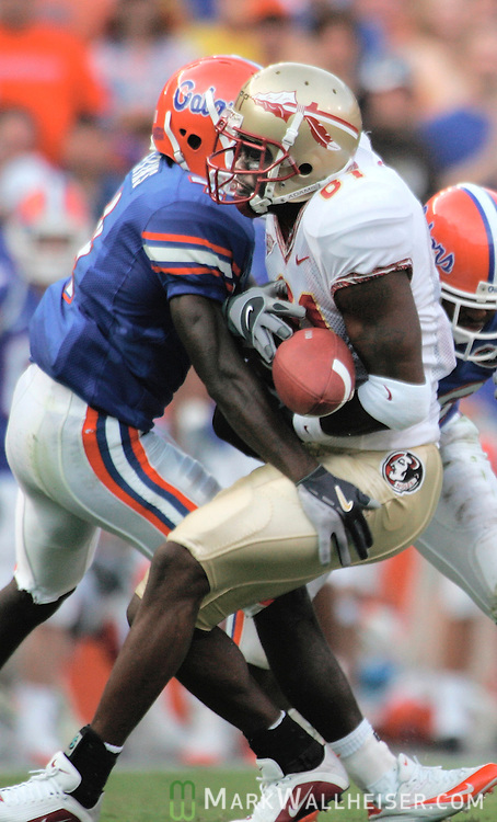 University of Florida's Avery Atkins (L) puts a hit on Florida State receiver De'Cody Fagg (R) as he catches the ball causing Fagg to fumble it in Gainesville, Florida, November 26, 2005.   The pass was ruled incomplete.