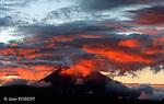 Lever de soleil sur le Tungururahua (5023 m). Ce volcan surplombant la ville de Baños est l'un des plus actifs d'Equateur..Sunrise on the Tungururahua (5023 m). This volcanoe is one of the most active of Ecuador.
