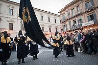 Gli incappucciati sfilano per le vie della città portando il cristo morto sulle spalle. La processione del Venerdì santo (o del Cristo morto) a Chieti è la più antica d'Italia. La sua origine, risalirebbe all'842 d.C. Photo: Adamo Di Loreto/BuenaVista*photo
