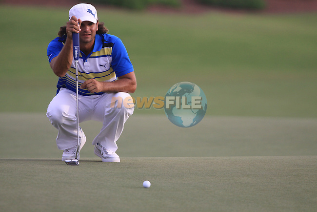 Johan Edfors lines up his putt on the 18th hole during  Day 2 at the Dubai World Championship Golf in Jumeirah, Earth Course, Golf Estates, Dubai  UAE, 20th November 2009 (Photo by Eoin Clarke/GOLFFILE)