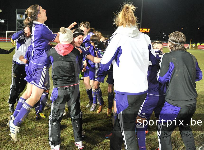 Waasland Beveren Sinaai Girls - RSC Anderlecht : de speelsters van Anderlecht vieren hun overwinning .foto DAVID CATRY / Nikonpro.be