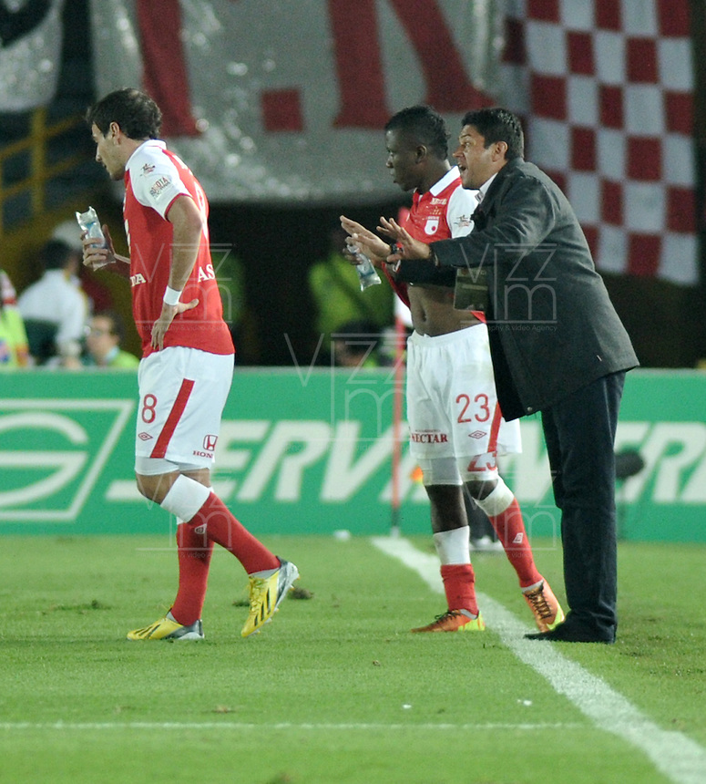 BOGOTA -COLOMBIA-06-04-2013: Wilson Gutiérrez (Der.), técnico de Independiente Santa Fe, da instrucciones a los jugadores durante partido en el estadio El Campín de la ciudad de Bogotá, abril 06 de 2013. Independiente Santa Fe perdió tres goles a uno con Millonarios en partido por la novena fecha de la Liga Postobon I. (Foto: VizzorImage / Luis Ramírez / Staff). Wilson Gutiérrez (R), coach of Independiente Santa Fe gives instructions to the players during a match at El Campin stadium in Bogota, April 06, 2013. Independiente Santa Fe lost three goals to one with Millonarios in a match for the ninth date of the League Postobon I. (Photo: VizzorImage / Lus Ramírez / Staff).