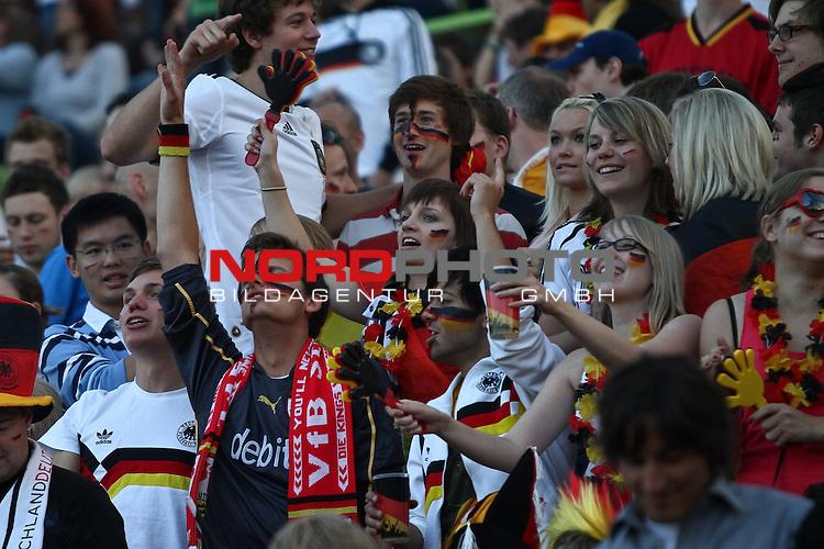 23.06.2010, Olympiapark, Muenchen, GER, FIFA Worldcup, Puplic Viewing Ghana vs Deutschland  im Bild feiernde Fans, Foto: nph /  Straubmeier