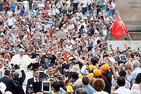 Papa Francesco saluta i fedeli al suo arrivo all'udienza generale del mercoledi' in Piazza San Pietro, Citta' del Vaticano, 17 settembre 2014.<br /> Pope Francis waves to faithful as he arrives for his weekly general audience in St. Peter's Square at the Vatican, 17 September 2014.<br /> UPDATE IMAGES PRESS/Riccardo De Luca<br /> <br /> STRICTLY ONLY FOR EDITORIAL USE