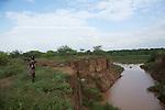 Homme Karo observant notre zodiac sur le fleuve Omo