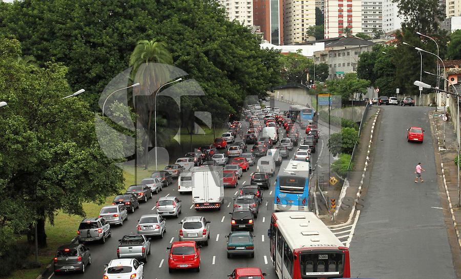 ATENCAO EDITOR: FOTO EMBARGADA PARA VEICULO INTERNACIONAL - SAO PAULO, SP, 04 FEVEREIRO 2013 - TRANSITO EM SAO PAULO - Transito intenso na Avenida 23 de Maio em direcao a zona sul nessa manha na liberdade regiao central da capital paulista nessa segunda, 04. (FOTO: LEVY RIBEIRO / BRAZIL PHOTO PRESS)