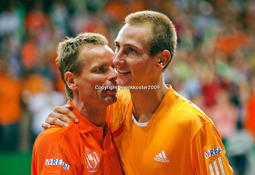 18-9-09, Netherlands,  Maastricht, Tennis, Daviscup Netherlands-France,  Thiemo de Bakker valt in de armen van captain Jan Siemerink na zijn overwinning op Monfils.