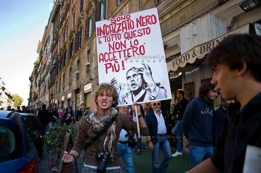 Un manifestante esprime la sua rabbia durante la manifestazione.