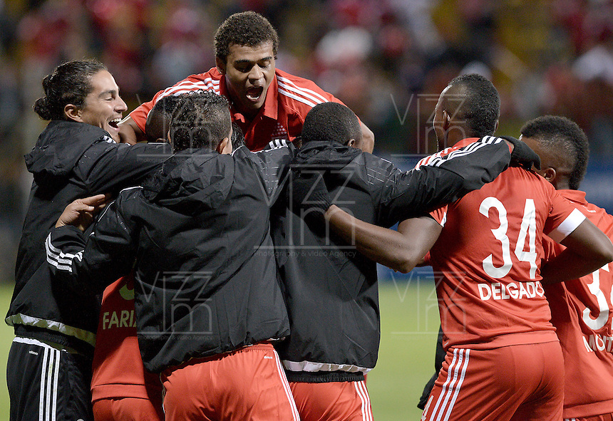 BOGOTA -COLOMBIA-01-06-2015. Jugadores de América de Cali celebran un gol anotado a Real Cartagena durante partido por la fecha 16 del Torneo Aguila 2015 jugado en el Metropolitano de Techo de la ciudad de Bogotá./ Players of America de Cali celebrate a goal scored to Real Cartagena during match for the 16th date of Aguila Tournament 2015 played at Metropolitano de Techo stadium in Bogota city. Photo: VizzorImage / Gabriel Aponte / Staff