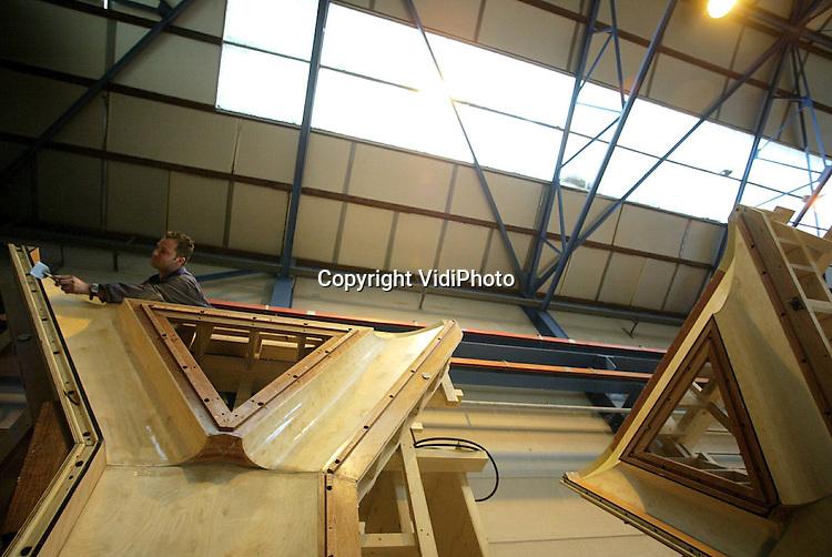 Foto: VidiPhoto..DODEWAARD - Bij Romein Beton BV in Dodewaard wordt gewerkt aan prefab pendels (steunpilaren) voor twee viaducten in de Waalsprong bij Nijmegen. In totaal krijgt de Waalsprong vier verkeersbruggen, waarvan er twee van staal worden gemaakt en twee worden vervaardigd uit betonnen elementen. Na de bouwvak start fase drie van de Nijmeegse Waalsprong. Tot 2015 worden er in het Waalspronggebied ruim 11.000 woningen neergezet.