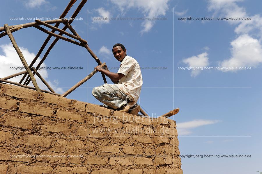 KENIA Turkana Region, refugee camp Kakuma, vocational training, carpenter and building construction / Fluechtlingslager Kakuma, Berufsausbildung fuer Fluechtlinge