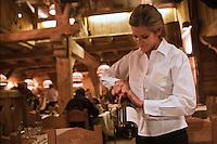 Europe/France/Rhone-Alpes/74/Haute-Savoie/Megève: Service  du vin à  La Taverne du Mont d'Arbois