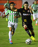 SALVADOR DE BAHIA- BRASIL - 16-10-2014: Luiz Gustavo (Der.) jugador de Vitoria de Brasil disputa el balon con Sherman Cardenas (Izq.) jugador de Atletico Nacional de Colombia durante partido de ida de octavos de final, llave A, de la Copa Total Suramericana entre Vitoria de Brasil y Atletico Nacional de Colombia en el Estadio Manoel Barradao de la ciudad de Salvador Bahia.  / Luiz Gustavo (R) player of Vitoria of Brasil vies for the ball with con Sherman Cardenas (L) player Atletico Nacional of Colombia during a match for the first leg of the eighth of final, key A, between Vitoria de Brasil and Atletico Nacional de of the Copa Total Suramericana in the Manoel Barradao Stadium, in Salvador de Bahia city. Photo: Fotoarena / Photogamma / VizzorImage.