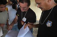 Delegados Waldir Freire e Gilvandro Furtado <br /> <br /> PDS Esperança.<br /> Um dia após o enterro da missionária americana Dorothy Mae Stang, assassinada último dia 12/02,  agentes das polícias civil, federal e militar  em busca de informações <br /> O clima é tenso  após o assassinato da religiosa ocorrido no municÌpio.<br /> Irmã Dorothy, 73 anos  vinte oito dos quais na Amazônia foi sassinada brutalmente as 7: 30 de 12/02/2005 quando saia de uma casa no PDS Esperança.<br /> Anapú, Pará, BrasilFoto Paulo Santos/Interfoto16/02/2005