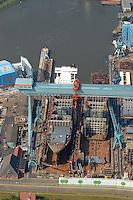 4415/Sietas Werft:EUROPA, DEUTSCHLAND, HAMBURG 09.06.2005: .An der suedwestlichen Peripherie der Freien und Hansestadt Hamburg liegt die Schiffswerft J. J. Sietas an der Mündung der Este, die in die Elbe, die Hauptverkehrsader Hamburgs, fließt. .Im Sommer 1635, also vor dreieinhalb Jahrhunderten, wurde die Sietas-Werft mitten im Obstbaugebiet des Alten Landes an der Este gegründet.Die traditionsreiche Werft hat sich in den letzten Jahrzehnten zu einer der effektivsten mittleren Werften der EU mit einer breiten Produktionspalette entwickelt.Gebaut werden hier:Fahrgast- und Ro/Ro-Schiffe,Kombinierte Ro/Lo-Schiffe, Schwergutschiffe, Mehrzweckfrachter,.Offene Containerschiffe, Container-Schiffe, Küstenmotorschiffe, Papiertransporter, Chemikalien-/Gastanker,.Selbstentladende Bulker,Fischerei-/Sonderfahrzeuge,..Werft, Dock, Schiffbau.. .Luftaufnahme, Luftbild,  Luftansicht