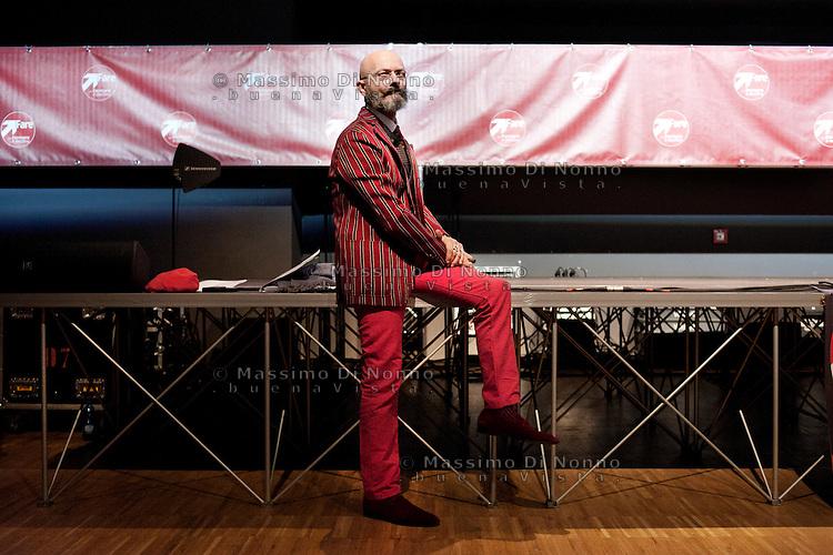 """Milano: Oscar Giannino durantel'Antimeeting, evento organizzato da """"Fare per Fermare il Declino"""", il movimento politico fondato da Oscar Giannino ed economisti."""