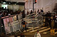 RIO DE JANEIRO, RJ, 26  DE JULHO DE 2013 -JMJ RIO 2013-PROTESTO EM COPACABANA- Manifestantes furam o bloqueio da polícia militar e chegam ao evento da Jornada Mundial da Juventude na praia de Copacabana,zona sul do Rio de Janeiro.FOTO:MARCELO FONSECA/BRAZIL PHOTO PRESS