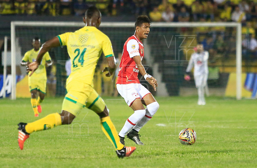 FLORIDABLANCA - COLOMBIA -14 -02-2016: Jarol Martinez (Izq.) jugador de Atletico Bucaramanga disputa el balón con Miguel Medina (Der.) jugador de Independiente Santa Fe, durante partido entre Atletico Bucaramanga e Independiente Santa Fe, por la fecha 3 de la Liga Aguila I 2016, jugado en el estadio Alvaro Gomez Hurtado de la ciudad de Floridablanca.  / Jarol Martinez (L) player of Atletico Bucaramanga fights for the ball with Miguel Medina (R) player of Independiente Santa Fe, during a match between Atletico Bucaramanga and Independiente Santa Fe, for the date 3 between of the Liga Aguila I 2016 at the Alvaro Gomez Hurtado stadium in Floridablanca city. Photo: VizzorImage.  / Duncan Bustamante / Cont.