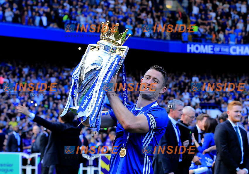 Chelsea defender Gary Cahill (24) lifts the Premier League trophy during the Premier League match between Chelsea and Sunderland at Stamford Bridge on May 21st 2017 in London, England. <br /> Festeggiamenti Chelsea vittoria Premier League <br /> Foto Leila Cocker/PhcImages/Panoramic/Insidefoto