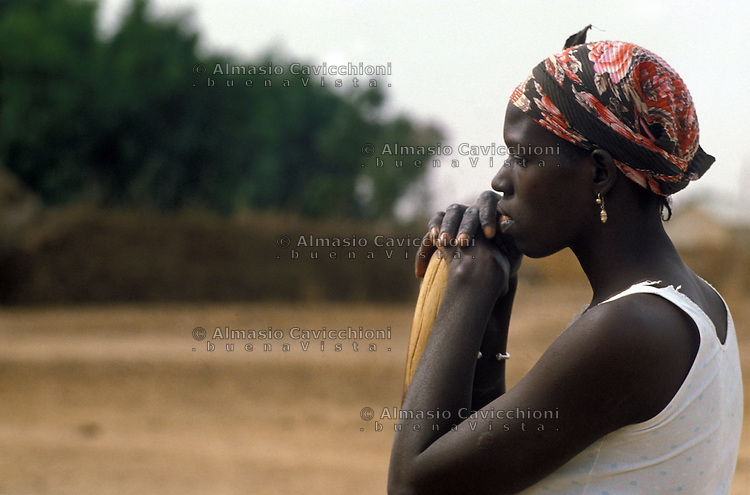 SENEGAL, Regione di Thies, ritratto di donna senegalese con foulard in testa.<br />