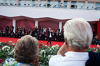 Venezia: il regista Marco Bellocchio mostra il Leone d'oro alla carriera consegnatogli durante la sessantottesima mostra del cinema di Venezia