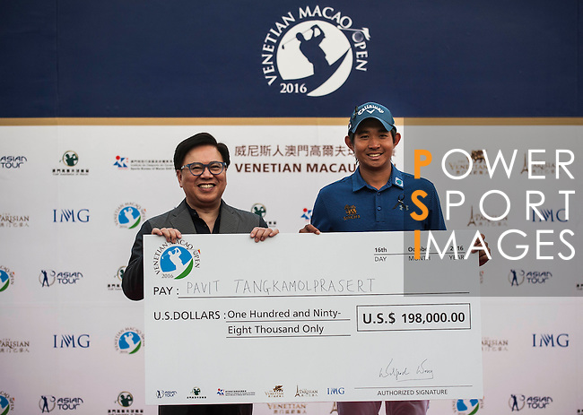 Pavit Tangkamolprasert of Thailand is presented with a cheque after winning the Venetian Macao Open 2016 at the Macau Golf and Country Club on 16 October 2016 in Macau, China. Photo by Marcio Machado / Power Sport Images