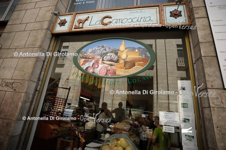 """Negozio di prodotti tipici abruzzesi """"La Camoscina"""".Dopo il terremoto  del 2009 alcuni negozi e attività commerciali riaprono a L'Aquila..After the earthquake of 2009, some shops and businesses reopen in L'Aquila."""