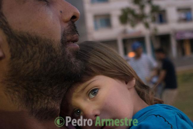 13 septiembre 2015. Nador. Marruecos.<br /> Nassar y su hijo Mohammed, de dos a&ntilde;os, forman parte del millar de sirios que esperan en Nador y Beni Enzar (Marruecos) para poder cruzar a Melilla. La ONG Save the Children exige al Gobierno espa&ntilde;ol que tome un papel activo en la crisis de refugiados y facilite el acceso de estas familias a trav&eacute;s de la expedici&oacute;n de visados humanitarios en el consulado espa&ntilde;ol de Nador. Save the Children ha comprobado adem&aacute;s c&oacute;mo muchas de estas familias se han visto forzadas a separarse porque, en el momento del cierre de la frontera, unos miembros se han quedado en un lado o en el otro. Para poder cruzar el control, las mafias se aprovechan de la desesperaci&oacute;n de los sirios y les ofrecen pasaportes marroqu&iacute;es al precio de 1.000 euros. Diversas familias han explicado a Save the Children c&oacute;mo est&aacute;n endeudadas y han tenido que elegir qui&eacute;n pasa primero de sus miembros a Melilla, dejando a otros en Nador.<br /> &copy; Save the Children Handout/PEDRO ARMESTRE - No ventas -No Archivos - Uso editorial solamente - Uso libre solamente para 14 d&iacute;as despu&eacute;s de liberaci&oacute;n. Foto proporcionada por SAVE THE CHILDREN, uso solamente para ilustrar noticias o comentarios sobre los hechos o eventos representados en esta imagen.<br /> Save the Children Handout/ PEDRO ARMESTRE - No sales - No Archives - Editorial Use Only - Free use only for 14 days after release. Photo provided by SAVE THE CHILDREN, distributed handout photo to be used only to illustrate news reporting or commentary on the facts or events depicted in this image.