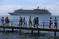 (((ACOMPAÑA CRÓNICA-R.DOMINICANA-BALLENAS))) STO03. SAMANÁ (REPÚBLICA DOMINICANA), 02/03/2011.- Fotografía facilitada hoy, martes 2 de marzo de 2011, que muestra un grupo de turistas que regresan a tierra, después de haber navegado para observar ballenas jorobadas el pasado 23 de febrero en las aguas de la Bahía de Samaná (República Dominicana). La bahía de Samaná forma, junto al Banco de la Plata y el Banco de la Navidad, en el norte, el santuario de mamíferos marinos, que abarca una zona de 12.700 millas cuadradas, convirtiéndola así en el área protegida más grande del país caribeño. EFE/Orlando Barría
