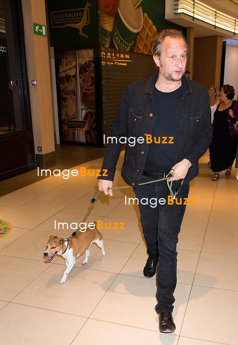 EXCLUSIF - Beno&icirc;t Poelvoorde arrive accompagn&eacute; de son chien et de Chiara Mastroianni &agrave; l'avant-premi&egrave;re de &quot; 3 Coeurs &quot;, &agrave; l'UGC Toison d'Or, &agrave; Bruxelles.<br /> Belgique, Bruxelles, 12 septembre 2014.