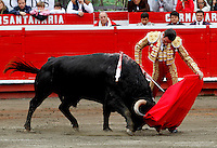MANIZALES-COLOMBIA. 10-01-2016: Enrique Ponce, torero español, lidiando al toro Cigarrito  durante el Mano a Mano con El Juli, corrida como parte de la version 60 de La Feria de Manizales 2016 que se lleva a cabo entre el 2 y el 10 de enero de 2016 en la ciudad de Manizales, Colombia. / The bullfighter Enrique Ponce, struggling the bull Cigarrito during the bullfight as part of the 60th version of Manizales Fair 2016 takes place between 2 and 10 January 2016 in the city of Manizales, Colombia. Photo: VizzorImage / Santiago Osorio / Cont.