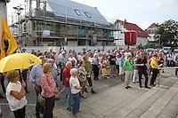 Zahlreiche Besucher bei der Mahnwache der Bürgerinitiative gegen den Flughafenausbau vor dem Rathaus Walldorf. Damit wollten sie ein Zeichen setzen vor der geplanten Debatte um das Abhängen der Anti-Flughafenausbau-Banner in der Doppelstadt, ein Effekt des durch die Kommunalwahl bedingten Kurswechsels im Rathaus