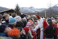 Deutschland, Bayern, Oberbayern, Chiemgau, Schleching: Weihnachtsmarkt am 2. Advent, St. Nikolaus beschenkt die Kinder   Germany, Upper Bavaria, Chiemgau, Schleching: Christmas Market in a small village, St. Nicholas has little presents for the kids