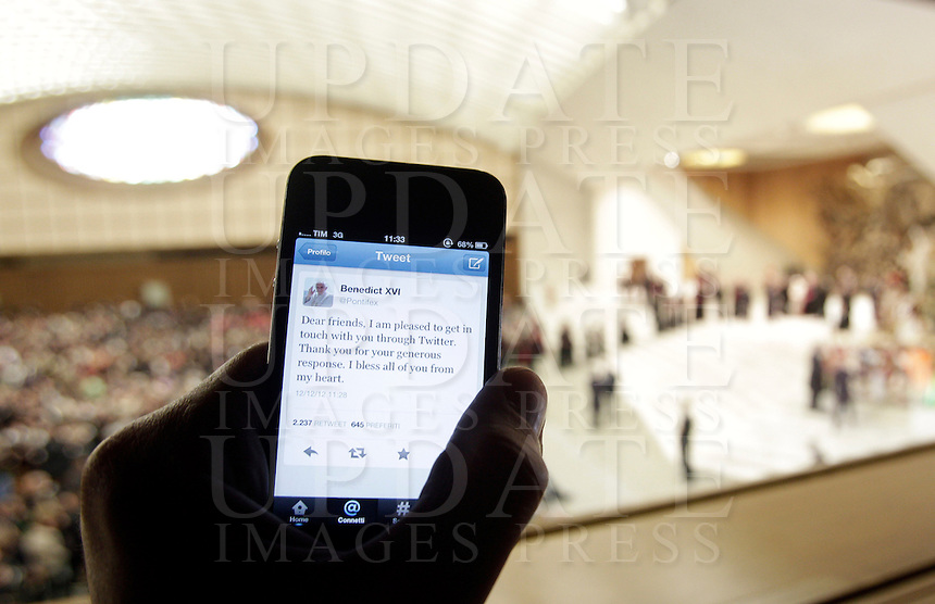 """Uno smartphone con il primo """"tweet"""" in lingua inglese di Papa Benedetto XVI su Twitter, durante l'udienza settimanale del mercoledi' in Aula Paolo VI, Citta' del Vaticano, 12 dicembre 2012..A smartphone showing Pope Benedict XVI's first """"tweet"""" in English on the social network Twitter is seen during the weekly general audience in the Paul VI hall at the Vatican, 12 December 2012..UPDATE IMAGES PRESS/Riccardo De Luca"""