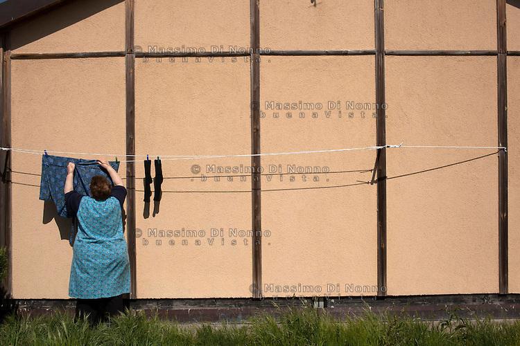 Bonefro: una signora stende i panni fuori dalla propria abitazione