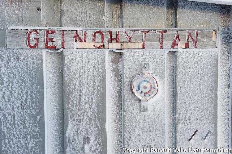 Geidnohytta på Laksefjordvidda. ----- Cabin at Laksefjordvidda.
