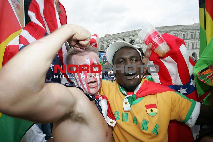 FIFA WM 2006 -  Fan Meile Nuernberg<br /> <br /> <br /> <br /> USA - Ghana<br /> <br /> <br /> <br /> Ghana und USA Fan feiern zusammen nach dem Spiel.<br /> <br /> <br /> <br /> Foto: nordphoto
