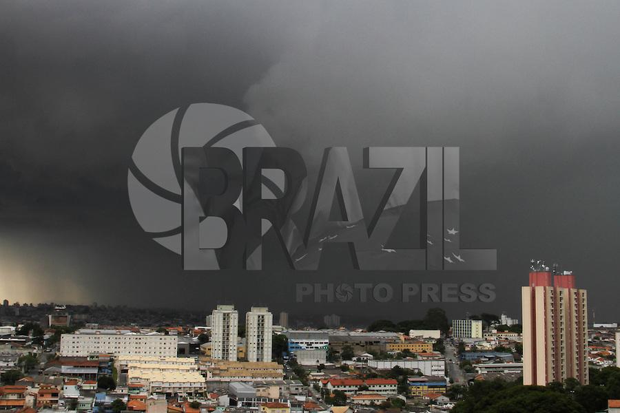 GUARULHOS, SP, 13/01/2014, NUVENS CARREGADAS - Nuvens carregadas na região de Guarulhos/SP,  grande São Paulo, na tarde desta segunda- feira (13). (Foto:Geovani Velasquez / Brazil Photo Press)