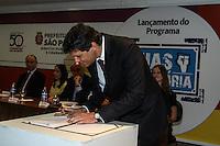 """SÃO PAULO, SP, 13.08.2015- HADDAD-SP - Fernando Haddad (PT) prefeito de São Paulo durante lançamento do programa """"Ruas da Memória"""" e ato de envio à Câmara Municipal Projetos de Lei para alteração de nomes de logradouros referentes aos violadores de Direitos Humanos, no Viaduto do Chá na região central da cidade de São Paulo nesta quinta-feira, 13.  (Foto: Marcos Moraes / Brazil Photo Press)"""