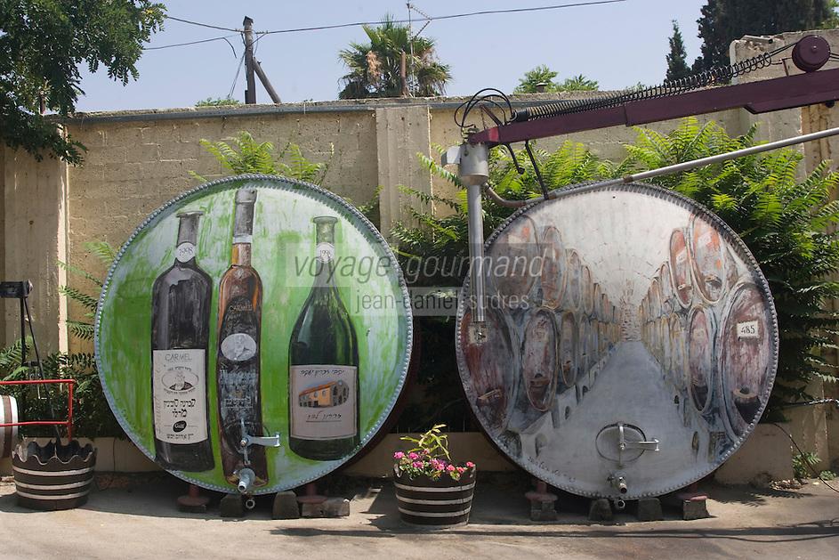 """Asie/Israël/Galilée/Zichron Yaacov: les Cuves peintes de l'établissement viticole """"Carmel Mizrachi"""", Moshavim, fondé en 1882 par le Baron Edmond de Rotschild"""