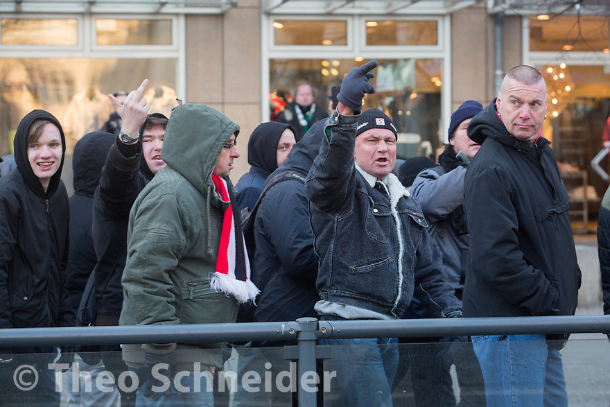 """Teilnehmer pöbelten Gegendemonstranten an // Rund 300 Rechte, darunter Neonazis und AfD-Anhänger, versammelten sich unter dem Motto """"Nein zur GroKo"""" in Berlin."""