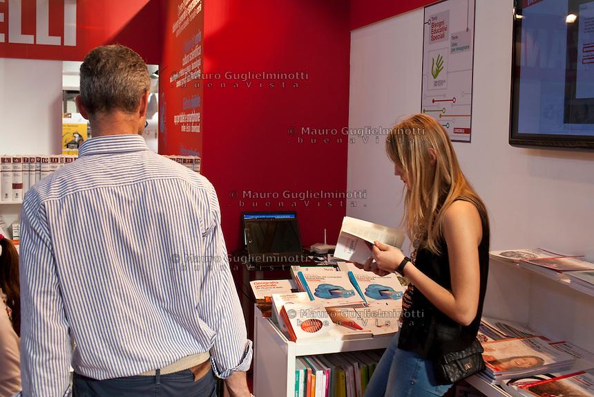 Italia Torino Salone del libro 2014  ragazza legge un libro