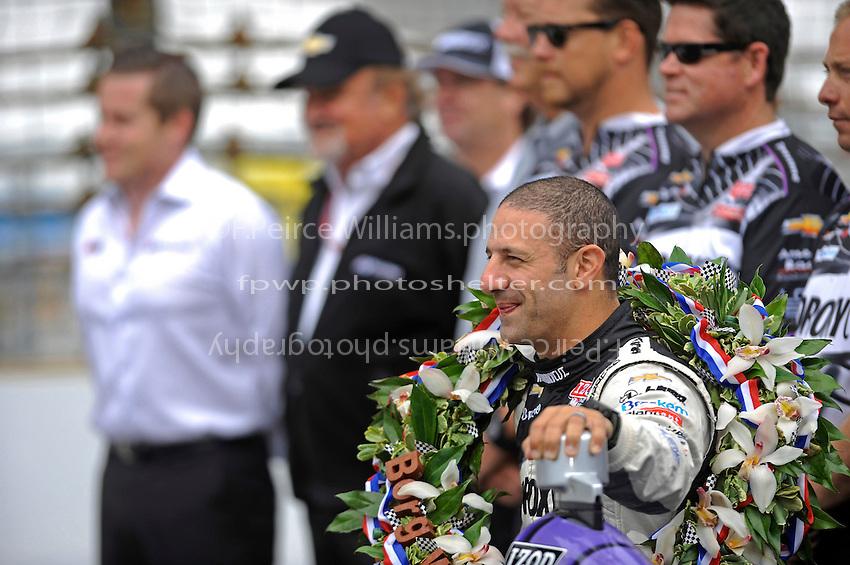 Race winner Tony Kanaan (#11) with KV Racing personnel.