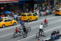 USA, New York City, Manhattan, Time square at crossing Broadway und Seventh Avenue, youngster with mountain bikes