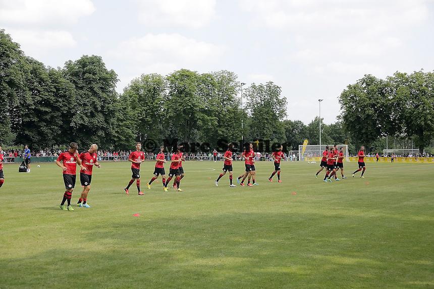 Eintracht laeuft sich warm - Eintracht Frankfurt vs. VfR Aalen