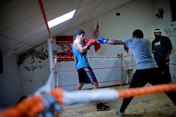 """ At first, I was more attracted by the kickboxing, but finally the technique of the boxing seduced me "", explains enthusiastic Mohamed Boujazia, age 19. He trains for only two months, but already makes figure of young hope of the club."